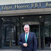 Innenminister Joachim Herrmann vor dem J. Edgar Hoover FBI Building in Washington D.C.